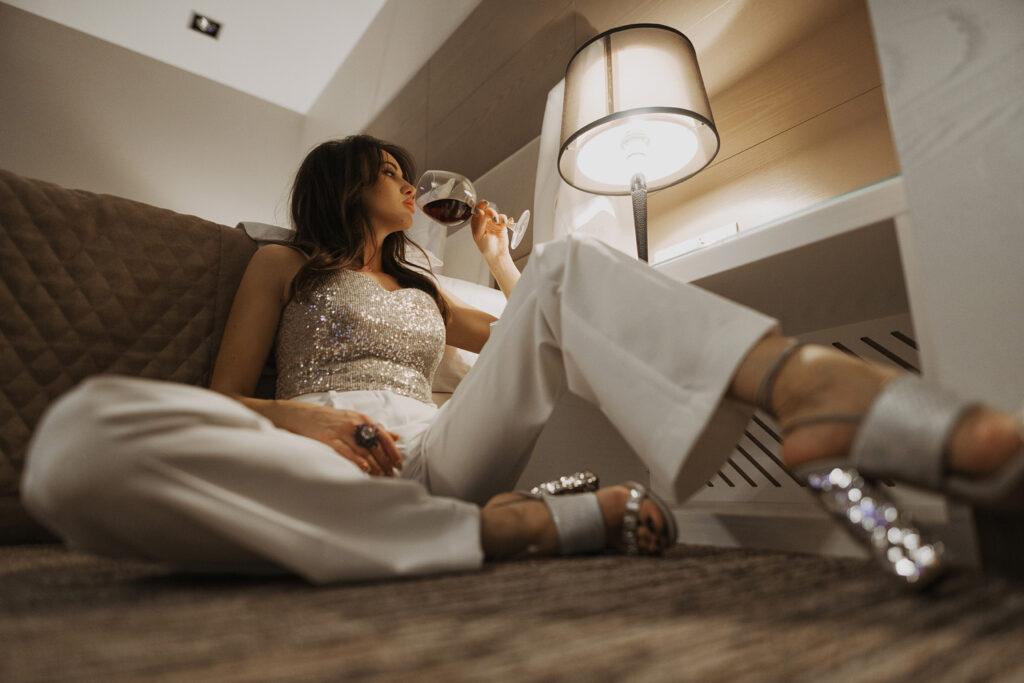 Девушка с бокалом красного вина. Фотосессия в отеле. Фотограф Евгений Васко. ТФП